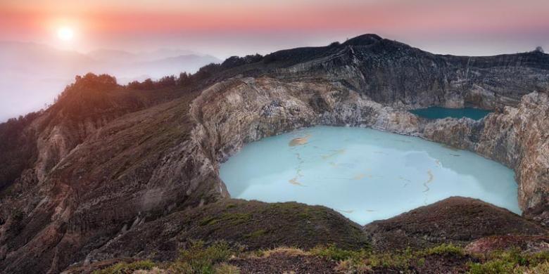 Keindahan Danau Tiga Warna di Gunung Kelimutu
